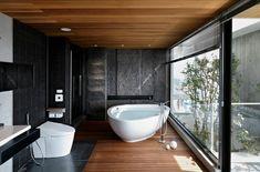 ventanal ilumina este baño muy moderno