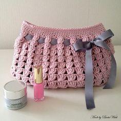 Crochet Bags Pattern Necessär Made by BautaWitch - Crochet Makeup Bag. Bag Crochet, Crochet Shell Stitch, Crochet Clutch, Crochet Diy, Crochet Handbags, Crochet Purses, Crochet Gifts, Crochet Hooks, Irish Crochet