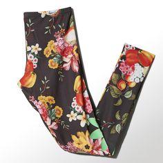 Tropische Blüten und Vintage-Flair im Stil von Carmen Miranda waren die Inspiration für die Jardim Leggings für Frauen. Sie sind Ergebnis der Zusammenarbeit von adidas mit der brasilianischen Marke FARM, die für ihre tropischen Muster und farbenfrohen Prints bekannt ist.