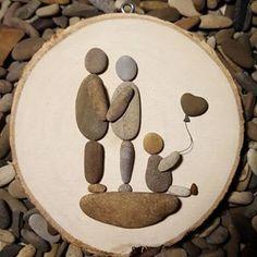 Little family #kiesel_und_kunst #kieselkunst #kreativ #pebbleartwork #pebbleartist#wood#stones#pebblesart #handmade#love#family#familie#liebe#unikat#handycraft#kieselsteinchen