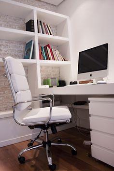home office no apartamento com móveis modernos