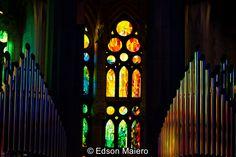 Sagrada Família: a luz que entra pelos vitrais cria um festival de cores