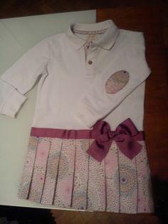 Vestido para niña de tres años, hecho a partir de un polo básico de niño.