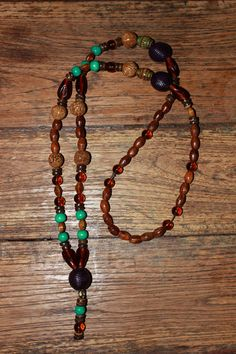 Necklace with brown, purple & green-turquoise wood beads, brown glass beads, brown coconut shell rondelles, Mirage Moon Changing Mood beads & Bodhi seeds. 25 € (26)