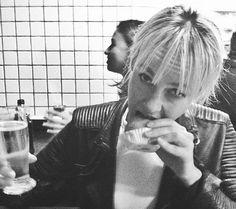Vida de paulista! Jena Malone come coxinha em bar de SP Em passagem pelo Brasil, atriz foi apresentada ao salgado típico do país (Foto: Reprodução/Instagram)