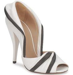 Utile guida ai vari modelli di scarpe eleganti da donna pubblicata su scarpeonline.org #scarpe http://www.scarpeonline.org/scarpe-eleganti-donna/