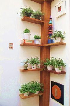 selbstgebautes Eckregal ideen pflanzen vasen baum ähnlich