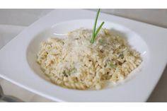 Pulite gli asparagi e togliete la parte finale più dura, il resto tagliatelo a pezzetti di circa mezzo centimetro. Scaldate un cucchiaio d'olio in una padella antiaderente e versate gli asparagi, mettete il sale e saltate per 2 minuti. Aggiungete l'acqua con 1 Dado Classico -30% SaleStar e fatela evaporare quasi completamente.