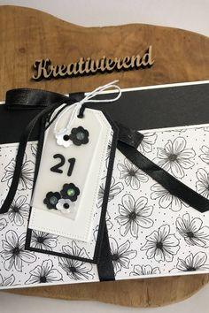 Zum 21. Geburtstag unserer Tichte habe ich ein komplettes Set aus Verpackung, Karte und Geschenktüte gebastelt. Alles in schwarz/weiß gehalten, das sieht richtig edel aus. Schau gerne mal auf meinem Blog vorbei, da kannst du alles zusammen sehen. #kreativierend #diy #verpackungbasteln #geburtstag Blog, Papercraft, Stocking Stuffers, Arts And Crafts, Creative Ideas, Packaging, Cards, Blogging