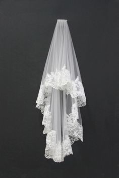 Custom-made Beautiful Vintage Lace Trim Wedding Veil