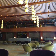 ホテルオークラ東京の顔、メインロビーで感じる居心地のいい和の空間   旅と休日