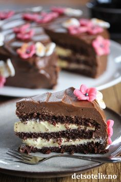Café Stings Chocolate Cake with Vanilla Cream Baking Recipes, Cake Recipes, Dessert Recipes, No Bake Treats, No Bake Desserts, Norwegian Food, Homemade Sweets, Quiche, Yummy Cakes