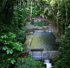 Dit is een verborgen zwembad. Kan je je voorstellen dat deze verstopt zit in je eigen tuin? Prachtig om te zien en erg origineel!