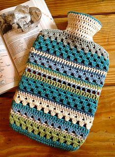 Excelente combinación de puntadas en crochet en esta funda para la bolsa del agua caliente.