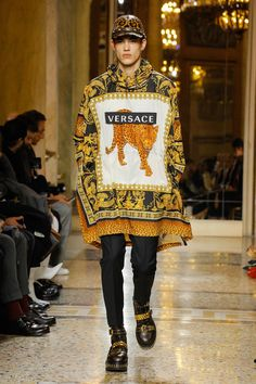Versace Fall 2018 Menswear Fashion Show Collection: See the complete Versace Fall 2018 Menswear collection. Look 2 Versace Fashion, Versace Men, Milan Men's Fashion Week, Look Street Style, Stylish Mens Outfits, Androgynous Fashion, Latest Mens Fashion, Fashion Show Collection, Fashion Branding