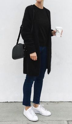 Fall trends | Black cardigan over t-shirt, jeans, white sneakers and a purse