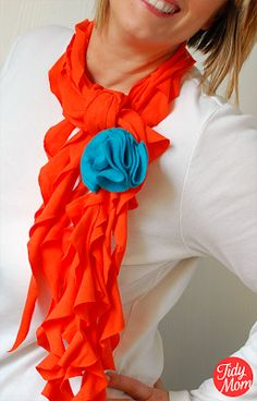 Ruffle Scarf tutorial by Tidy Mom - easy, 15 minute no-sew version - made with XL tee shirt, scissors, and a paper plate! Ruffle Scarf, Diy Scarf, Scarf Shirt, Shirt Scarves, Scarf Ideas, Scarf Top, Circle Scarf, Look Fashion, Diy Fashion