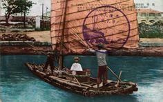 感謝團友 Kinhom Chen 分享台灣日本時代竹筏的上色老照片。 當時載客竹筏都會在船上放個木桶,讓乘客乘坐,避免濺起的水花弄濕。  有個疑問是,照片右邊遠處建築似乎是台南英國領事館(今台南市安平區西門國小一帶)??