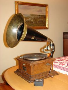 Beautiful Victor II Phonograph: love the horn on this one.