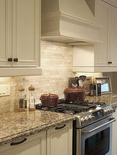 Beige, brown and gray travertine kitchen tile backsplash ideas with kitchen cabinets and countertops. Travertine backsplash tile photos and projects. Travertine Backsplash Kitchen, Kitchen Decor, Kitchen Redo, Home Kitchens, Kitchen Tiles Backsplash, Diy Kitchen, Kitchen Renovation, Backsplash Designs, Kitchen Design
