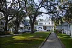 GOODWOOD PLANTATION: Cottages behind the main home ring a oak canopied courtyard. Tallahassee, FL.