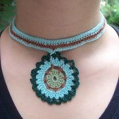 Collier dentelle crocheté coton 'médaillon turquoise'