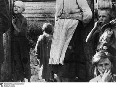 Hungerkatastrophe. Ende der zwanziger Jahre begann die sowjetische Führung unter Joseph Stalin mit der Kollektivierung der Landwirtschaft. In der Folge brach die Lebensmittelversorgung zusammen. Die Aufnahme von Mitte der dreißiger Jahre aus Russland zeigt hungernde Kinder auf dem Lande.