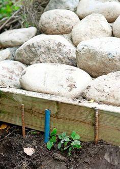 Tee itse rinteen kiveys | Meillä kotona Dream Garden, Home And Garden, Garden Cottage, Beach Properties, Sloped Garden, Outdoor Spaces, Outdoor Decor, Outdoor Ideas, Brick Patios