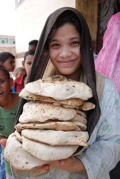Child with Baladi Bread, Egypt, photograph by Mohamed Hendy. People Around The World, Around The Worlds, Life In Egypt, Modern Egypt, Egyptian Women, Kairo, Visit Egypt, Egypt Travel, Thinking Day