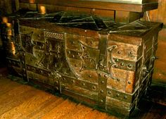 Medieval chest - Coffre à pentures de fer forgé. Alsace XIVe siècle. -  A 14th century chest bound with iron forge work from the Alsace region.