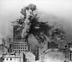 https://bialczynski.files.wordpress.com/2015/09/warsaw_uprising_-_prudential_hit_-_frame_2a.jpg