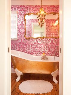 Transformations from the Property Brothers Property Brothers: Pink wallpaper and gold-leafed tub.Property Brothers: Pink wallpaper and gold-leafed tub. Property Brothers, Brothers Room, Gold Bad, Luxury Bathtub, Elegant Chandeliers, Victorian Bathroom, Gold Bathroom, Asian Bathroom, Ikea Bathroom