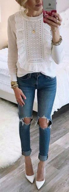 Простота — синоним стильного современного образа. И это неоспоримый факт: любые джинсы действительно лучше всего смотрятся с максимально простыми вещами,например, серым свитшотом или белой майкой. Образ же «делает» твоя любимая it-bag или просто другая заметная эффектная сумка. Тебе подойдет этот образ, если ты любишь одеваться в первые попавшиеся вещи и терпеть не можешь часами решать, что надеть.