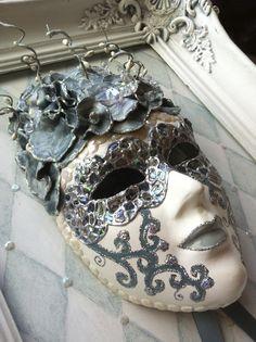 Decorated mask in a restored old frame. Venetiaans masker gemaakt door Cabeau.