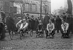 Octobre 1922, place du Tertre à #Montmarte, départ d'une course de voitures pour enfants... pour adultes. (photo Agence Rol)