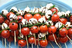 Caprese Salad Skewers are a simple appetizer that doesn't involve cooking. Everyone loves caprese salad! Make Ahead Appetizers, Appetizers For Party, Appetizer Recipes, Appetizer Ideas, Potluck Recipes, Barbecue Recipes, Barbecue Sauce, Grilling Recipes, Wine Appetizers