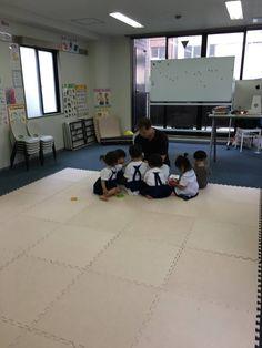 Monday 3:30 youngest preschoolers  Let's go to the zoo! この日はたくさんの動物の名前を習いました。動物園に動物さんに会いに行こう〜〜🎶歌に合わせてMonkey, gorilla, snake, Alligator などの動物になりきり、身体を動かしながら上手に歌えました!おうちでも、教室で使ったフレーズを発したり、覚えた歌をたくさん歌ってくれている動物お母様から聞き嬉しく思います。リズムや動きに合わせて楽しく学ぶと記憶に残りやすくなります。2歳児さんも加わり元気いっぱいのクラスでした。