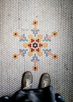 A Gallery of Creative Hex Tile Patterns & Ideas - fliesen. Hex Tile, Penny Tile, Hexagon Tiles, Hexagon Quilt, Mosaic Tiles, Mosaic Floors, Honeycomb Tile, Tile Flooring, Tiling