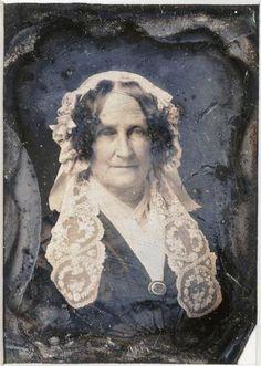 Femme âgée avec bonnet à pans de dentelle