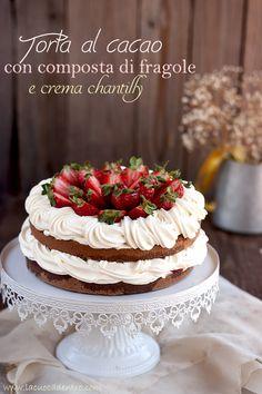 torta al cacao con composta di fragole