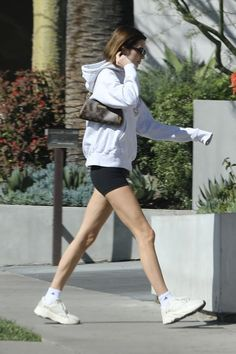 Kendall Jenner Flaunts Legs in Mini shorts in West Hollywood. Kendall Jenner was spotted in sexy tiny shorts and MIT sweatshirt in West Hollywood. Kendall Jenner Outfits, Kendall And Kylie, Fashion Tv, Fashion Models, Fashion Beauty, Winter Fashion, Summer Dress Outfits, Cute Outfits, Winter Outfits