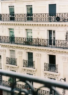 I wonder if there is someone who lives across the rue who sees moi when I am on the balcony...................