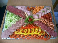 In the culinary specialist's moneybox. Appetizer Buffet, Appetizer Recipes, Finger Food Appetizers, Holiday Appetizers, Entree Festive, Meat Platter, Fingerfood Party, Food Garnishes, Veggie Tray