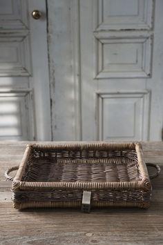 Un plateau pour le petit déjeuner au lit! *-* Breakfast in bed served on a rattan tray!