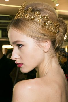 love the ornate headband & side swept hair