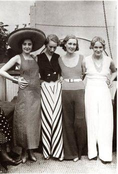 ca 1930-LA MODE PYJAMA : PYJAMAPOLIS: Jeunes femmes en pyjamas de plage…