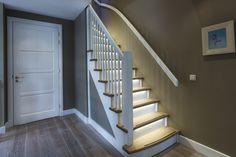 Ook in uw huis past een op maat gemaakte nieuwe trap :: Trapidee Shelter, Interior Design Trends, Led Stripes, Led Lamp, Stairs, Lighting, Home Decor, Stairway, Decoration Home