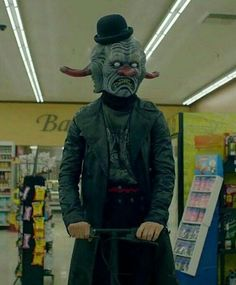 Cult - Kai in costume at the grocery store. American Horror Story Clown, American Horror Story Seasons, American Crime Story, Ahs Cult, Evil Clowns, Scary Clowns, Ahs Characters, Sketchbook Assignments, Evan Peters