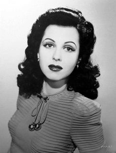 1940s fashion, rounded eyebrows, full lips and glossy curly hair
