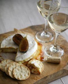 Queijo Brie e vinho branco...